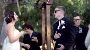 Младоженец пее различни песни на булката по време на сватбата