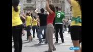 1000 Души Танцуват Waka Waka