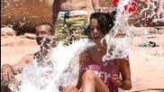 Луда водна забава с пързалка от скала ..