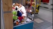 Малък крадец в машина за играчки