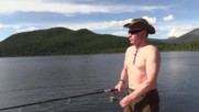 Путин лови риба гол до кръста