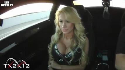 Блондинка се кефи на висока скорост в кола
