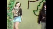 Момиче Пее На Сцената