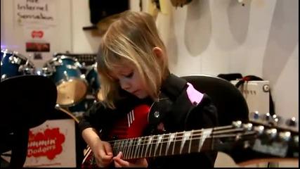 Дете свири на китара карибски пирати !