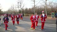 Стотици китайци в костюми на Дядо Коледа на маратон в Пекин