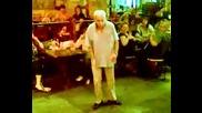 Старец танцува на песен на Lady Gaga (смях)