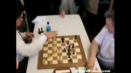 Така се играе шах , много лудо