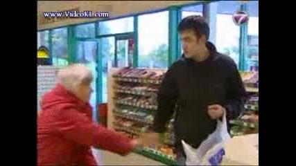 стара жена обира магазин (смях)