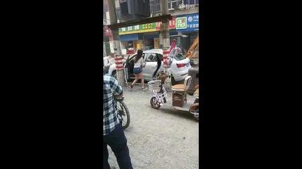 Жена разбива колата от гняв, трудно я паркирала !