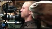 Кон се закача с оператор по време на снимки