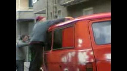 Комшията Си Боядисва Колата С Валяк - 1