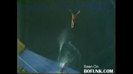Луд мъж скача в басейн От 172фута височина (52м.)