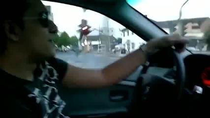 Талантливо момче пее в колата