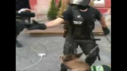 Полицай се пребива, а на друг му пада пистолета