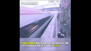 Видео Жена спасява мъж от самоубийство секунди преди да го удари влак