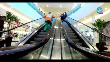 Клоун си прави шега с жена , изкачваща се на ескалатор