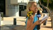 Репортерка изпадна в паника, папагал ѝ кацна на рамото