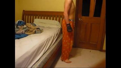 Лигльото чупи вратата на стаята си смях - Видео