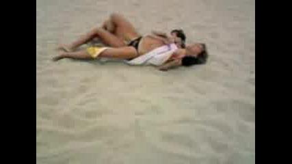 Въргаляне В Пясъка С Хавлия
