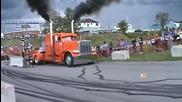 Този Пич Определено Знае Как Да Направи Шоу С Камиона Си !!!