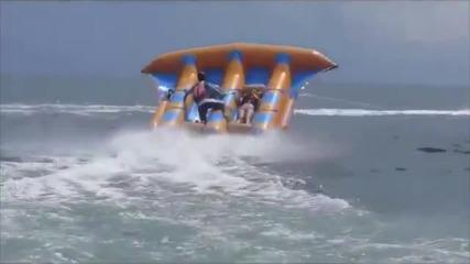 Пич лети върху надуваема лодка Like A Boss