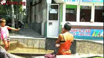 Цигани се къпят в фонта в Бургас