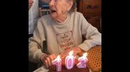 Баба на 102 години, на рождения си ден духа свещите като 22 годишна!