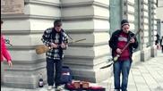 Мъже свирят на улицата с китари направени от метла и лопата!