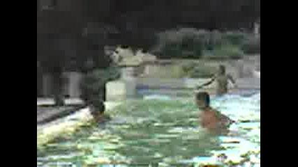 Цигани Се Къпят Във Фонтан 3
