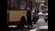 Момчета се бъзикат с тролейбусна шофьорка