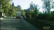Камион със супер странно поведение на пътя