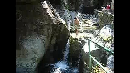 Пуфи Скача От Скалите