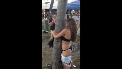 Ще се спукате от смях!!! Пияно момиче целува дърво!!!
