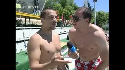 Луд репортер опипва момичета на басейн