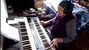 Баба пее страхотно и свири на синтезатор