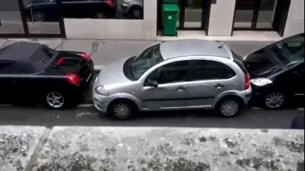 Жена паркира паралелно (успоредно) дали ще се справи