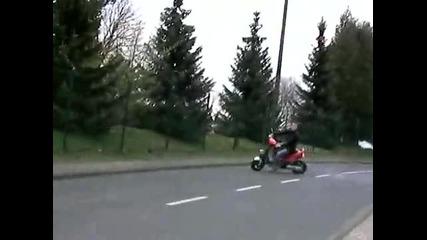 Глупак на скутер :d смях