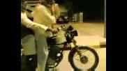 Aраби се пребиват с мотор!!!!