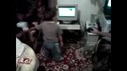 Две Годишно Дете Танцува