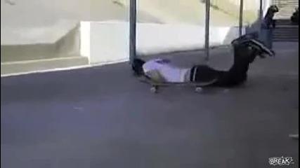 Скейт удря тъпак по главата