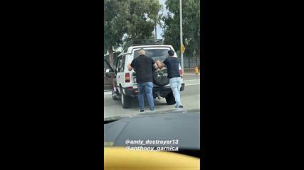 Анди Руиз бута кола, докато му падат гащите