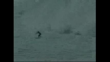 Сърфист Язди Цунами