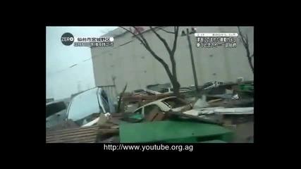 Шофьор заклещен в колата си от цунамито в Япония