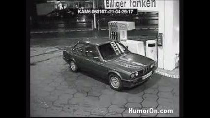 Жена на бензиностанция