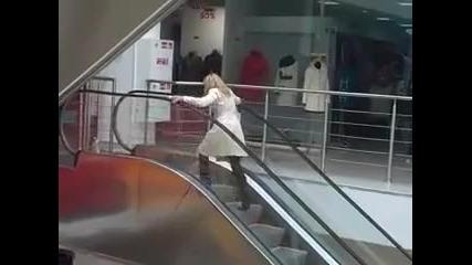 Блондинка срещу ескалатор ;dd