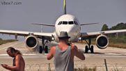 Хора се кефят от реактивната струя на Еърбъс A321 / остров Скиатос