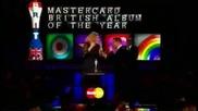 Brit Awards Adele показва среден пръст