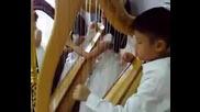Дечица от Сингапур свирят на арфа
