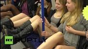 Само по бельо в лондонското метро