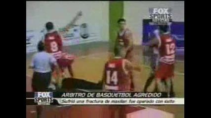 Баскетболист нокаутира съдията